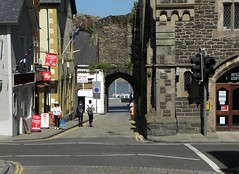 Street view Conway (Eddie Crutchley) Tags: uk sunlight wales europe conway historic streetview citywall walledcity citygate simplysuperb
