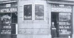 Isola - Negozio in via Via Carmagnola angolo Pastrengo 1925 (Miln l'era insc) Tags: milan milano oldpicture vecchiefoto isola milanosparita milanlerainsc