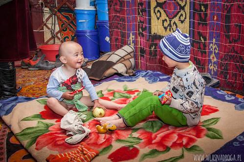 Dzieci w pamirskiej jurcie