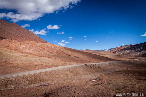 Zjazd z przełęczy Kyzyl Art w kierunku Tadżyckiej granicy
