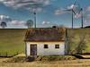 Wasserhaus im Feld (GerWi) Tags: trees sky nature clouds wasser outdoor natur pflanzen felder wiesen himmel wolken haus treppe architektur bäume gebäude rasen wasserdruck heiter windkrafträder wasserhaus