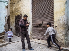 Fes-Schmitt-Streetfotografie-4200363 (insider-fototour) Tags: street people kids mind marokko fes