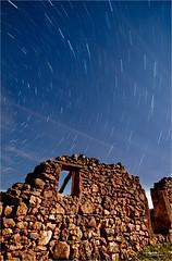 estrellas2_2 (RikiAguilar) Tags: espaa naturaleza photo spain foto paisaje andalucia ruinas campo fotografia nocturnas malaga largaexposicin circumpolar casabermeja noctografia