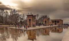 Templo de Debod... (Leo ) Tags: madrid parque arquitectura agua gente cielo estanque egipto templo reflejos debod
