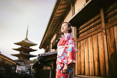 BI0X1732 (Four_cats) Tags: portrait japan 35mm kyoto 京都 日本 清水寺 着物 關西 関西 和服 三年坂 二年坂 canonef35mmf14lusm きょうと 八坂塔 岡本織物 キモノ canoneos1dx