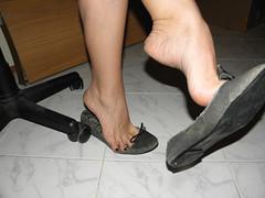 Dangle & heelpop loose flats..2 (luk742003) Tags: feet toes bare flats piedi tippy loose heelpop heelpopping