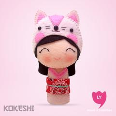 3867 (lycoisasecoisinhas) Tags: rose cat happy rosa felt gato lucky japo boneca kokeshi sorte delicadeza lycoisasecoisinhas