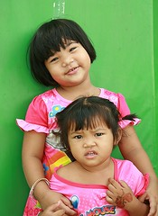 sisters (the foreign photographer - ) Tags: girls two sisters portraits canon children thailand kiss bangkok khlong bangkhen thanon 400d