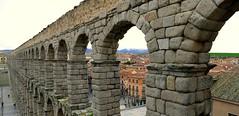 Acueducto de Segovia (alfonsocarlospalencia) Tags: mujer agua romano segovia acueducto perspectiva diablo infancia muerta belleza tejados memoria arcos piedra nico azoguejo alineacin