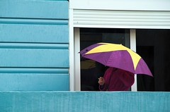 no em fumis (txutis de can burrass) Tags: street blue color colour rain yellow azul umbrella calle lluvia smoke canarias lila amarillo santacruzdetenerife blau fumar paraguas carrer groc pluja paraiges