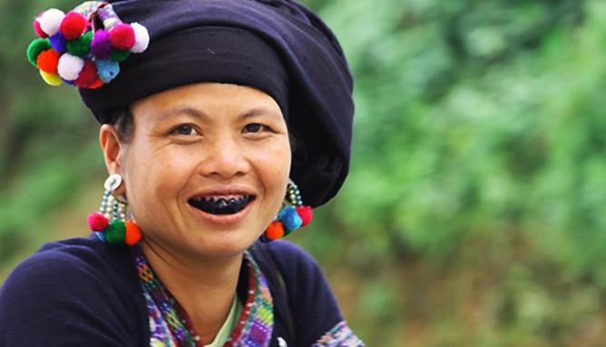 Bản Hon với phụ nữ nhuộm răng đen