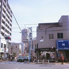 (Yorozuna / ) Tags: road man japan shop person tokyo town taxi  crossroad crosswalk                   kawadacho flexaretvi  shinjukuward  wakamatsucho    flexaret flexaretautomatvi wakamatsukawada  stationersshop