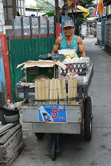 extremely muscular street vendor (the foreign photographer - ฝรั่งถ่) Tags: street mobile canon thailand kiss muscular bangkok vendor cart extremely bangkhen 400d