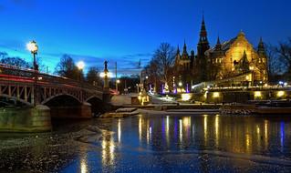 (Blue hour) Bridge over canal + Museum + Christmas decorations (Djurgårdsbron & Nordiska Museet)