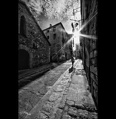 Walking in Montblanc (EddyB) Tags: blackandwhite bw backlight contraluz blackwhite nikon europa europe village pueblo catalonia medieval textures catalunya texturas montblanc catalua estrellita medievaltown eddyb humanfactor sigmaaf1020mmf456exdchsm d300s factorhumano