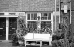 Fluister zone / Whisper zone (Arne Kuilman) Tags: netherlands amsterdam sign 35mm bench iso400 nederland bank rangefinder agfa zone bord schneiderkreuznach apx400 adox radionar polomat1 fluisterzone