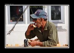 """almuerzo a media manana (CODIGO DE LUZ """"El Fotgrafo"""") Tags: desayuno elmar almuerzo pescador veterano arrugas almadraba pepegutierrez pgutierrez cdigodeluz atunasa"""