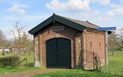 Dit brandweerhuisje is dus al lang niet meer in gebruik. Bouwjaar 1870. In Ressen gezien. (elsvanderpalen) Tags: 1870 brandweerhuisje