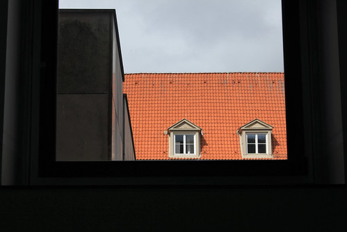 """Durch ein Fenster • <a style=""""font-size:0.8em;"""" href=""""http://www.flickr.com/photos/69570948@N04/26527947135/"""" target=""""_blank"""">View on Flickr</a>"""