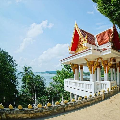 Рядом с храмом всегда есть площадка для медитации.
