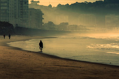 Caminando descalza (GLAS-8) Tags: mar asturias playa salinas enero paseo aviles niebla glas8 mcarmenverde