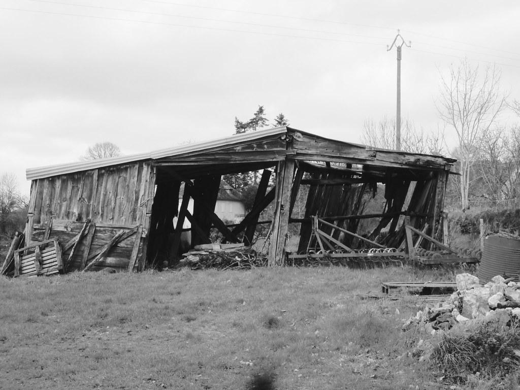 Hangar agricole en bois en mauvais état le fel aveyron vincent