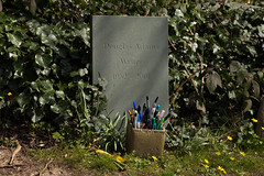 Douglas Adams' grave | East Cemetery | Highgate-6 (Paul Dykes) Tags: uk england london cemetery grave leaves doctorwho writer sciencefiction pens highgate gravestones thehitchhikersguidetothegalaxy douglasadams northlondon highgatecemetery penpot scripteditor highgateeastcemetery