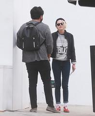 FFN_IMAGE_52039308 FFN_SET_70006171 (robstensimplesmente.amor) Tags: usa sunglasses jeans beverlyhills redshoes blackhat blacktop kristenstewart