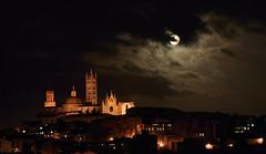 Moon over Siena (hbothmann) Tags: moon nightshot availablelight sony luna mooning siena duomo moonshot nachtaufnahme langzeitbelichtung a シエーナ variosonnart282470 variosonnar247028za domvonsiena sienaundmond sienaeluna mondübersiena