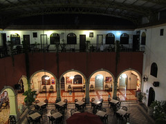 "Merida: notre hôtel colonial by night <a style=""margin-left:10px; font-size:0.8em;"" href=""http://www.flickr.com/photos/127723101@N04/25317606133/"" target=""_blank"">@flickr</a>"