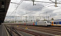 20160430 NMBS 2863 + I10, Roosendaal (Bert Hollander) Tags: i10 2863 trein rsd grijs roosendaal nsi nmbs locomotief stammen belg ledig i6 4791 eloc 4792 br186 overbrenging railpool 186424 19655lmbruszwgm