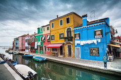 Isola di Burano, Venezia (Norto) Tags: venice houses italy colors boats island canal kid colorful italia quiet colours village pueblo calm colores colourful barcas venecia venezia nio calma burano canale italiano colorido veneto colourfull casecolorate norto lagunadivenezia