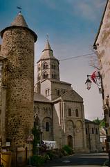 Orcival (Graphisme, Photo, et autres !) Tags: france castle church nature voigtlander medieval château eglise auvergne colorskopar ultron orcival 40mmf14 pontgibaud voigtlanderr3m