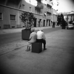 Coppia (Valt3r Rav3ra - DEVOted!) Tags: people blackandwhite bw 120 6x6 film holga lomo lomography toycamera streetphotography persone biancoenero plasticcamera alessandria ilfordfp4 analogico holgacfn urbanvisions medioformato visioniurbane valt3r valterravera