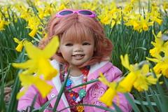 Sanrike ... ein kleiner Sonnenschein ... (Kindergartenkinder) Tags: park person dolls sony pflanze blumen kind ostern schloss landschaft annette frhling tulpen narzissen osterglocken herten himstedt kindergartenkinder sanrike