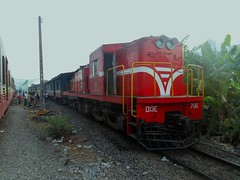 D13E-706 with train SE25 at Bien Hoa station (Barang Shkoot) Tags: red india station asia engine railway vietnam viet coco american locomotive railways gauge nam indochina livery alco metre vnr ngst ydm4 d13e dsvn