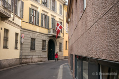 Milan, 2016 (Domenico Pescosolido) Tags: street red walking walk streetphotography camminare passeggiare fotografiadistrada