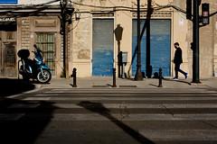 Walkblue (DANG3Rphotos) Tags: street blue man men valencia azul 35mm lights calle foto shadows photos walk streetphotography urbano fotografia dang3r photowalkvalencia photowalkvlc