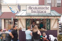 die original mexikanische fischtaco (dolanh) Tags: people oktoberfest crowds mtangel fishtacos foodcart