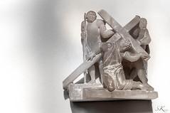 Jesus fllt unter dem Kreuz (SK snapshots) Tags: art church artist jesus kirche kreuz christi dsseldorf viadolorosa basilika christus dolorosa knstler alabaster kreuzweg viacrucis kreuzigung stlambertus crusis karlmatthuswinter sksnapshots jesusflltunterdemkreuz