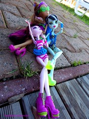 Looks over us! (twylaombremonster) Tags: monster swim skull wolf dolls line frankie shores mh dollz leyy clawdeen draculaura twylaombremonster