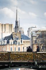 Descanso en el puente (Pirata Larios) Tags: paris canon puente catedral francia febrero notredam sanvalentin 2015 candados 60d carloslarios