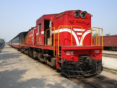 D13E-706 at Diu Tri station, Vietnam (Barang Shkoot) Tags: india station electric asia diesel railway vietnam coco passenger freight indochina alco vnr ngst ydm4 d13e dsvn