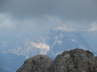 Le Pilmo (3168 m) dans la brume, la Marmolada, Canazei, Val di Fassa, province de Trente, Trentin-Haut Adige, Italie.
