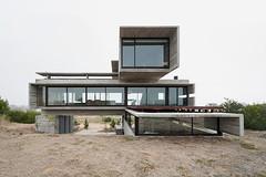 Особняк Casa Golf в Коста-Эсмеральде от Luciano Kruk Arquitectos