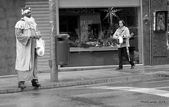 Ya vienen los Reyes Magos (Landahlauts) Tags: stranger andalucia granada desconocido reyesmagos africano emigracion pasodepeatones marginacion reymago cabalgatadereyes robandoalmas stealingsouls ventacallejera fujifilmxpro1 calledoctoroloriz subsitencia cabalgatadegranada