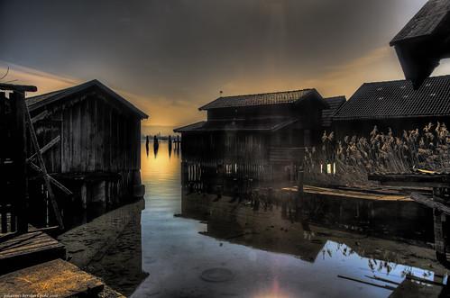 Bootshäuser am Ammersee im Morgendunst