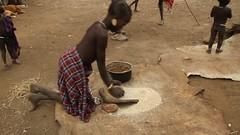 Parque Nacional Mago. Etnia Mursi (Txaro Franco) Tags: park parque cereal ethiopia mago nacional mursi tribu costumbre etiopa etnia moler magonationalpark platolabial parquenacionalmago