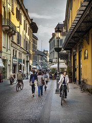 Slow move (Paco CT) Tags: street city people italy motif bicycle calle cityscape place gente escenario bicicleta varios several scenary transportation ita parma transporte emiliaromagna 2016 pacoct