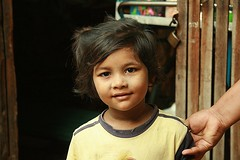 pretty girl (the foreign photographer - ) Tags: girl portraits canon thailand kiss pretty child hand bangkok khlong bangkhen thanon 400d royinga